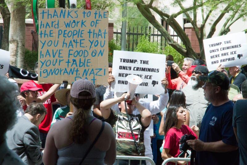 Manifestantes en la primera reunión de la campaña presidencial de Donald Trump en Phoenix imágenes de archivo libres de regalías