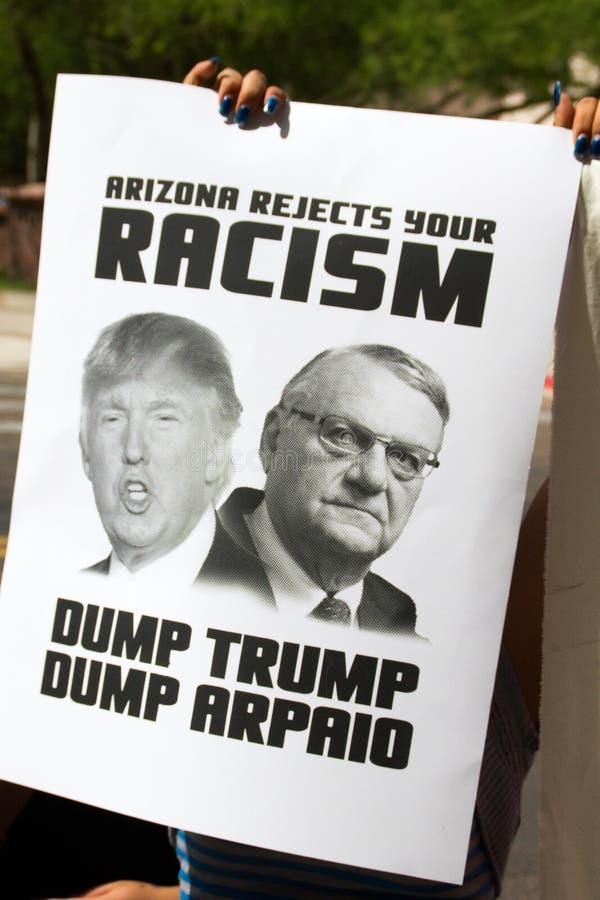 Manifestantes en la primera reunión de la campaña presidencial de Donald Trump en Phoenix fotografía de archivo libre de regalías