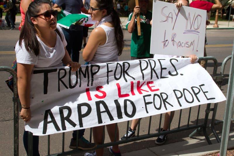Manifestantes en la primera reunión de la campaña presidencial de Donald Trump en Phoenix imagen de archivo libre de regalías