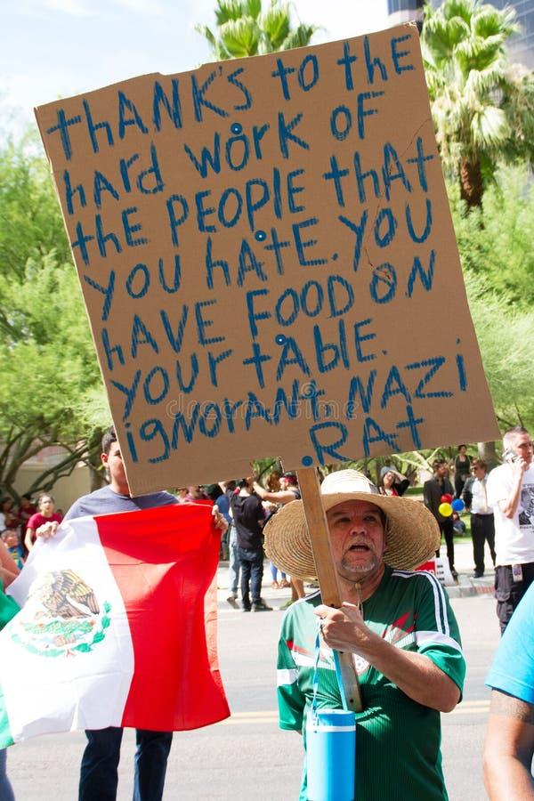 Manifestantes en la primera reunión de la campaña presidencial de Donald Trump en Phoenix foto de archivo