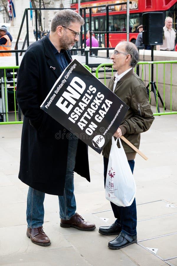 Manifestantes en Londres central fuera del Downing Street imagen de archivo