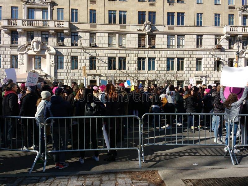 Manifestantes entre las barricadas, ` s marzo, Central Park del oeste, NYC, NY, los E.E.U.U. de las mujeres imagen de archivo libre de regalías