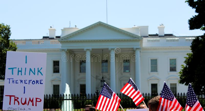 Manifestantes fuera de la Casa Blanca Donald Trump imagen de archivo libre de regalías