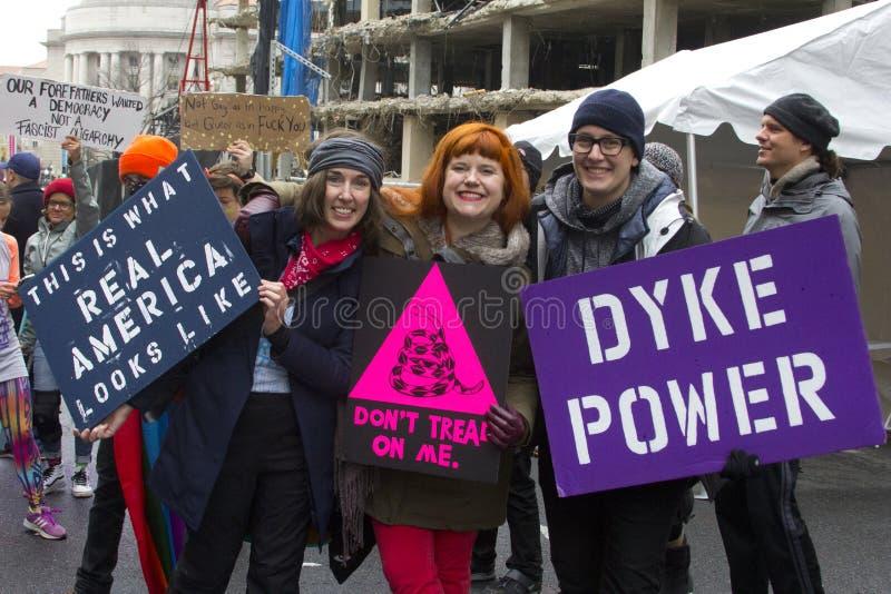 Manifestantes fuera de la inauguración 2017 del ` s de Donald Trump foto de archivo