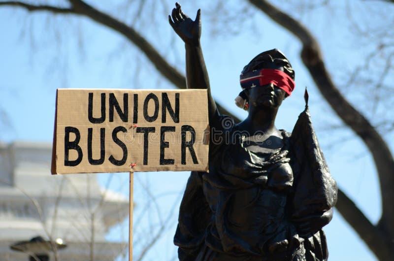 Manifestantes fuera del capitolio de Wisconsin fotografía de archivo libre de regalías