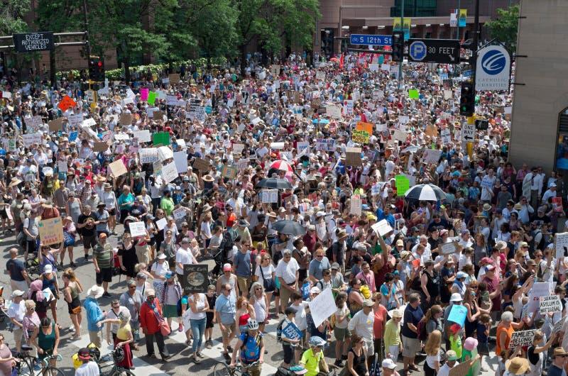 Manifestantes marzo en calles en la reunión de Minneapolis imagen de archivo