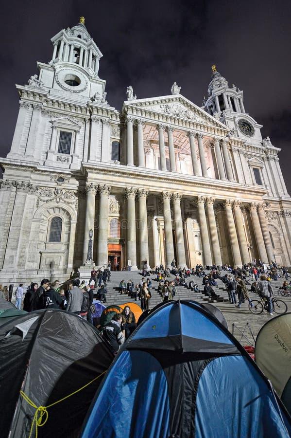 Manifestantes por la catedral de San Pablo, Londres
