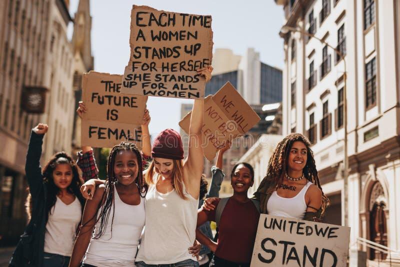 Manifestantes que gozan durante una protesta para las mujeres imagen de archivo libre de regalías