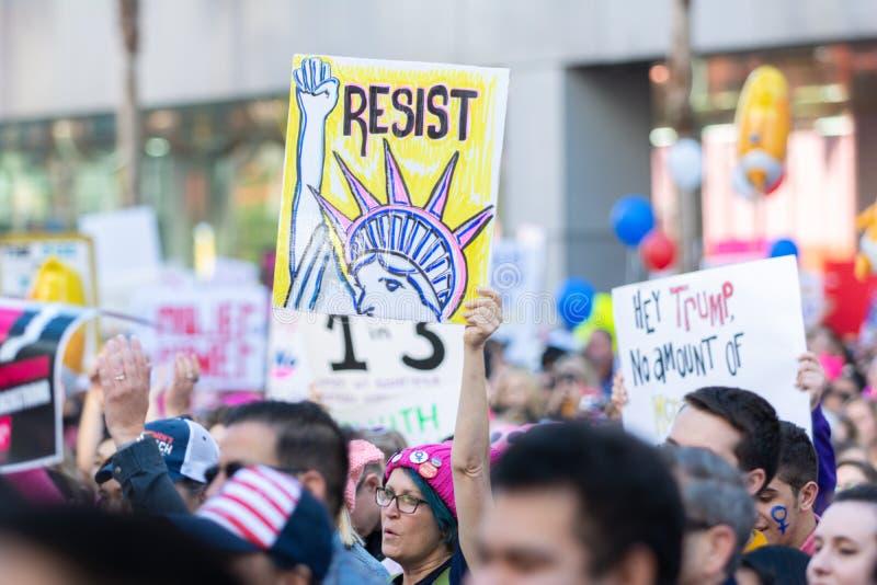 Manifestantes que llevan a cabo una muestra durante 3ro marzo para mujer en Los Angeles fotos de archivo