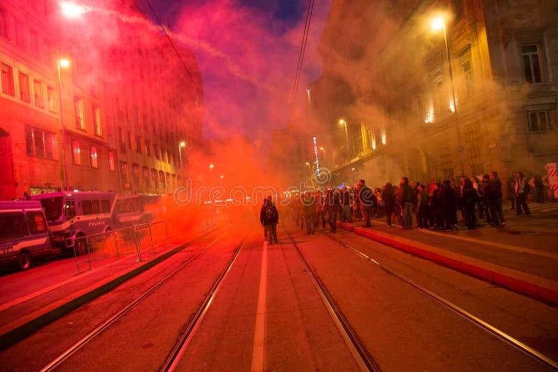 Manifestantes que protestan delante del consulado turco en Milán, Italia foto de archivo