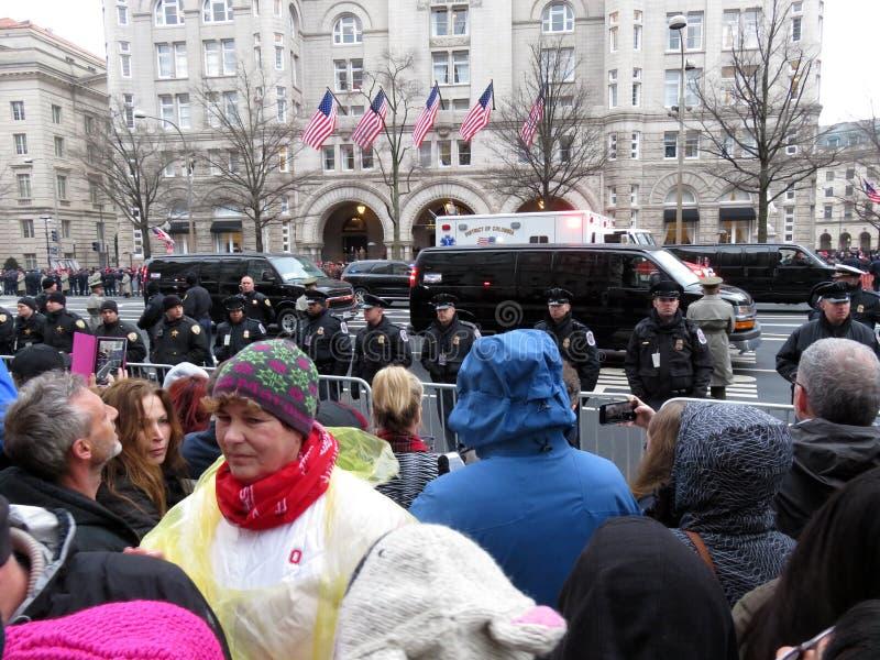 Manifestantes y desfile de automóviles fotos de archivo libres de regalías