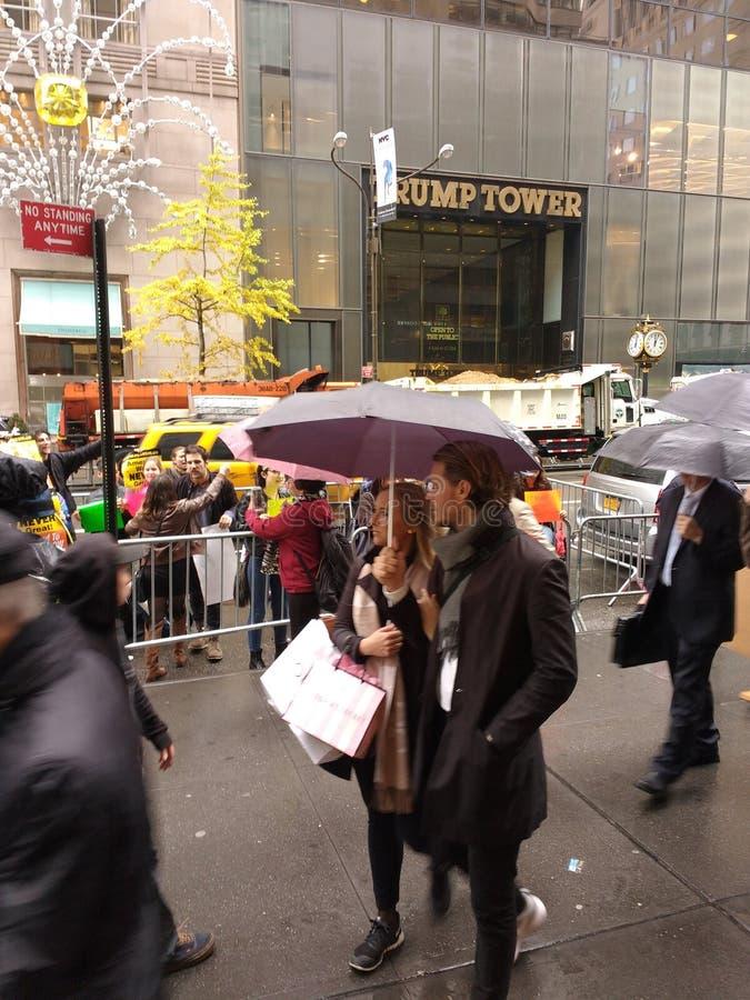 Manifestantes y transeúntes delante de la torre del triunfo, NYC, los E.E.U.U. fotos de archivo libres de regalías