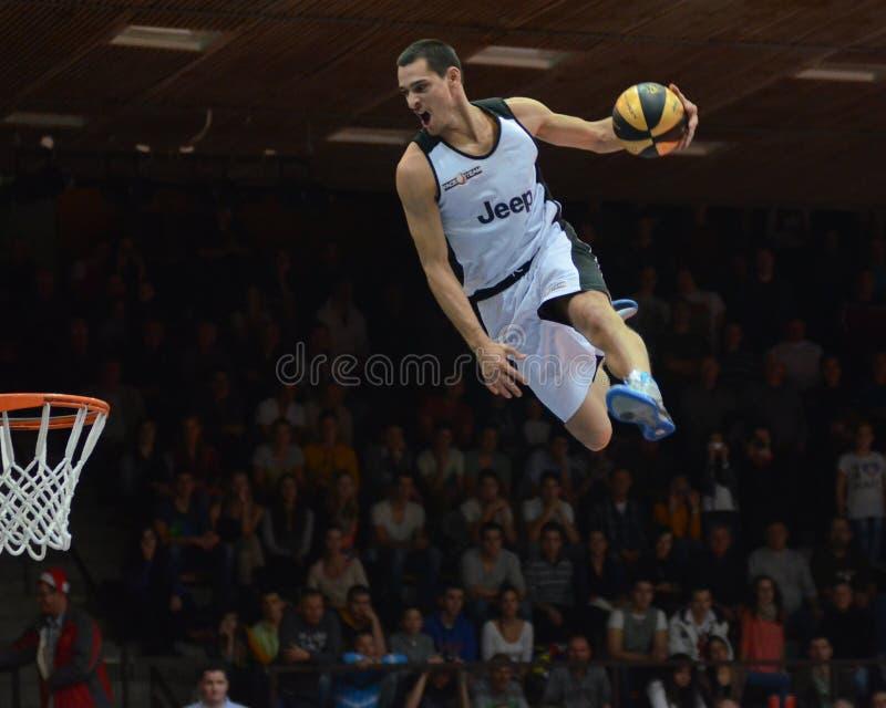 Manifestazione acrobatica di pallacanestro fotografia stock libera da diritti