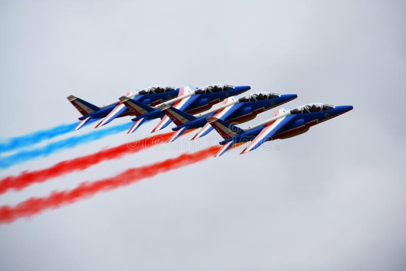 Manifestazione aerospaziale MAKS-2009 di Mosca AGOSTO 2009 il gruppo acrobatici francese Patrouille il de Francia dimostra il vol fotografia stock libera da diritti
