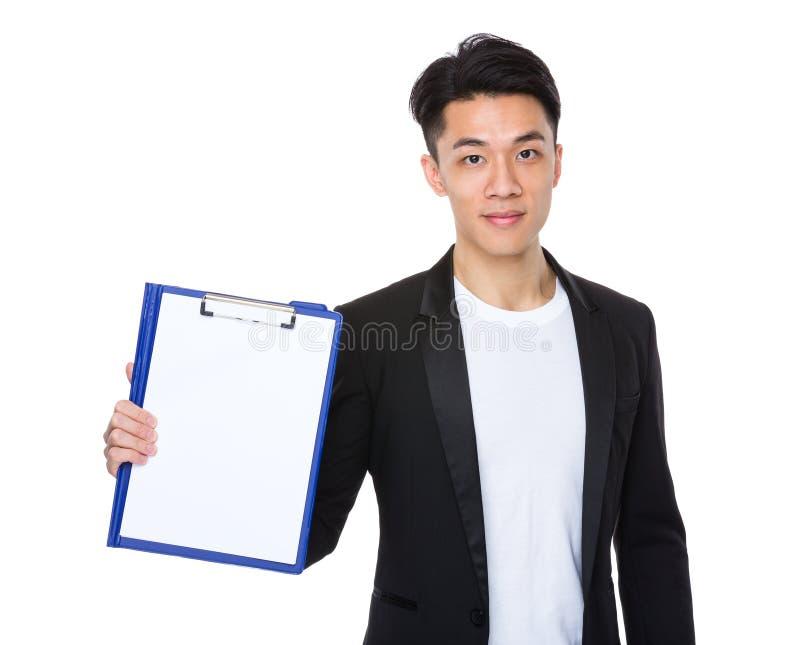 Download Manifestazione Asiatica Dell'uomo D'affari Con La Carta Sulla Lavagna Per Appunti Immagine Stock - Immagine di felice, maschio: 55355799