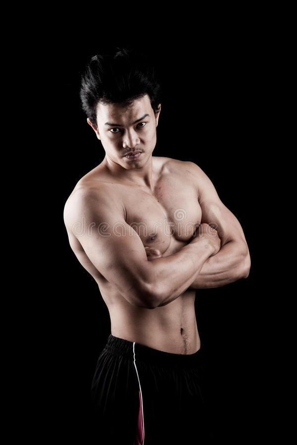 Manifestazione asiatica muscolare dell'uomo il suo corpo fotografie stock libere da diritti