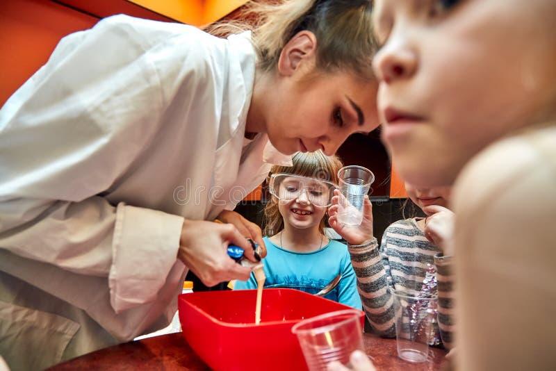 Manifestazione chimica per i bambini Professore ha effettuato gli esperimenti chimici con azoto liquido sulla bambina di complean immagini stock libere da diritti