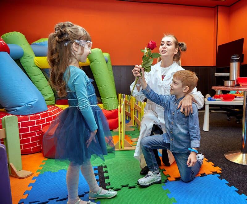 Manifestazione chimica per i bambini Professore ha effettuato gli esperimenti chimici con azoto liquido sulla bambina di complean fotografia stock