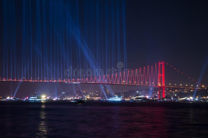 Manifestazione dei fuochi d'artificio a Costantinopoli Bosphorus La Turchia immagine stock