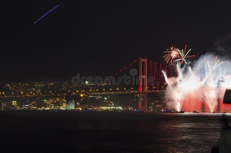 Manifestazione dei fuochi d'artificio dello stretto di Costantinopoli fotografie stock libere da diritti