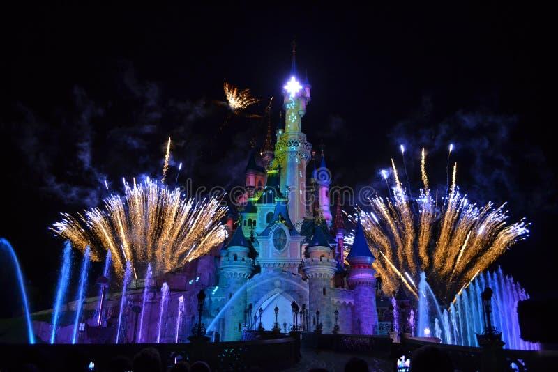 Manifestazione dei fuochi d'artificio di notte di Disneyland Parigi immagini stock libere da diritti