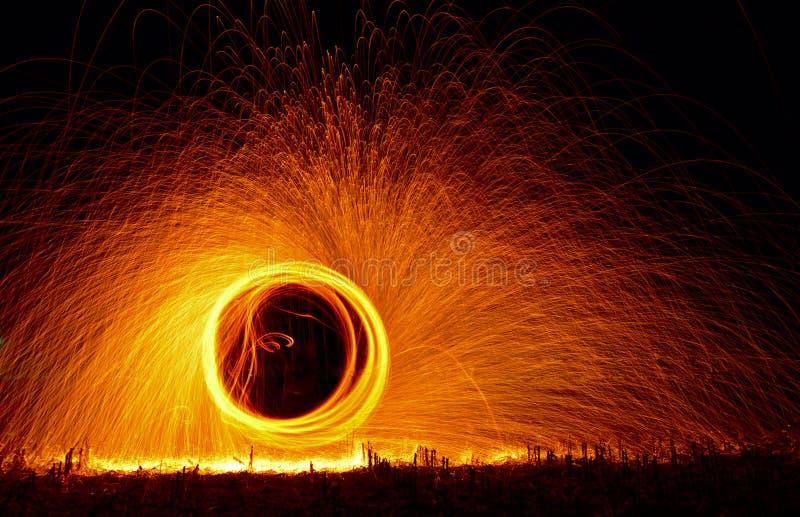 Manifestazione del fuoco alla notte fotografie stock