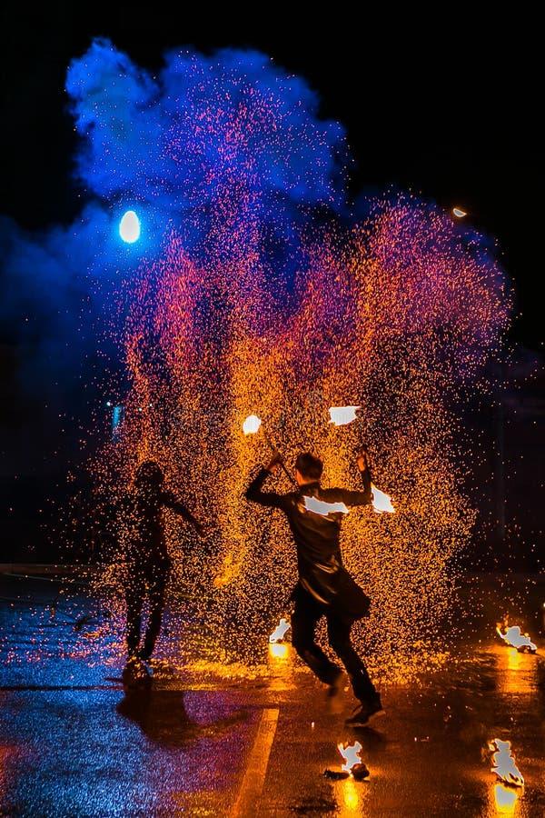 Manifestazione del fuoco che stupisce alla notte nella festa nuziale fotografia stock