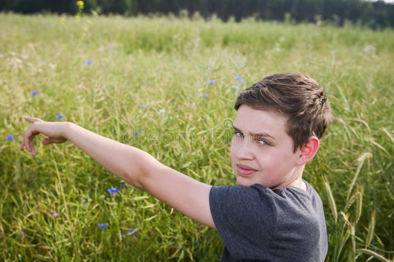 Manifestazione del ragazzo con il dito fotografia stock