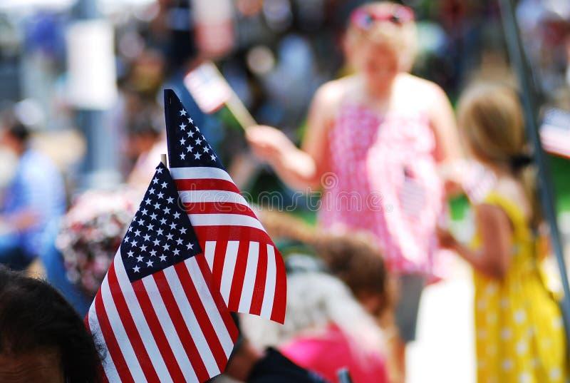 Manifestazione della bandiera americana sul quarta della parata di luglio fotografia stock
