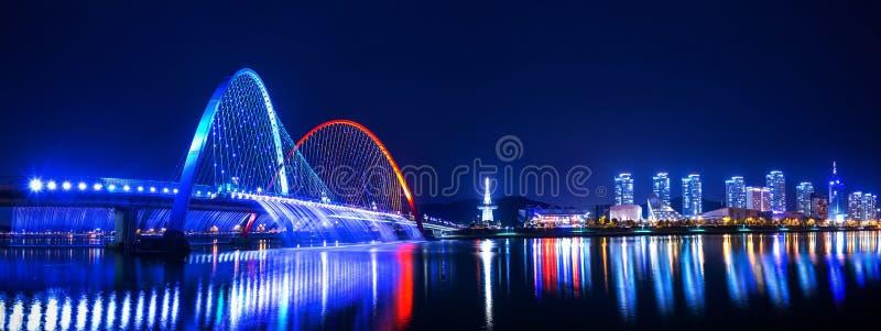 Manifestazione della fontana dell'arcobaleno al ponte dell'Expo in Corea fotografia stock libera da diritti