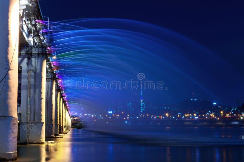 Manifestazione della fontana dell'arcobaleno al ponte di Banpo in Corea fotografie stock