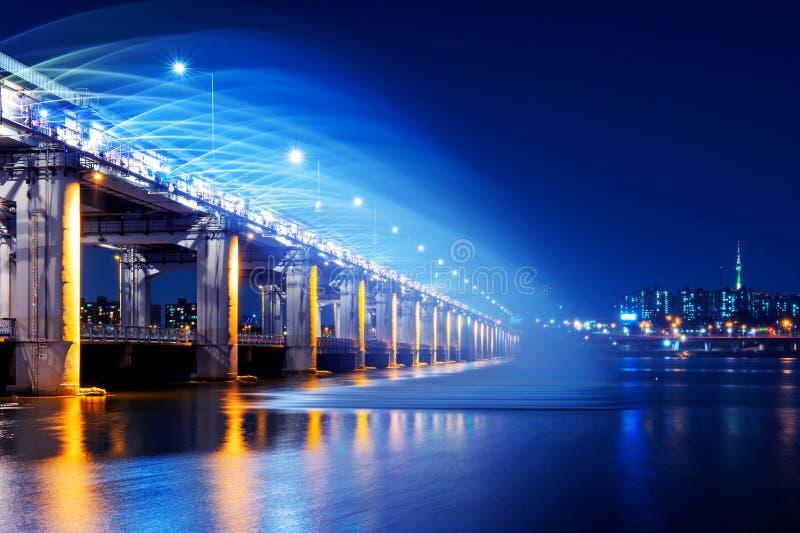 Manifestazione della fontana dell'arcobaleno al ponte di Banpo in Corea fotografia stock libera da diritti