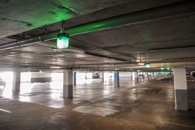 Manifestazione della luce verde per il parcheggio libero vuoto dell'automobile fotografia stock