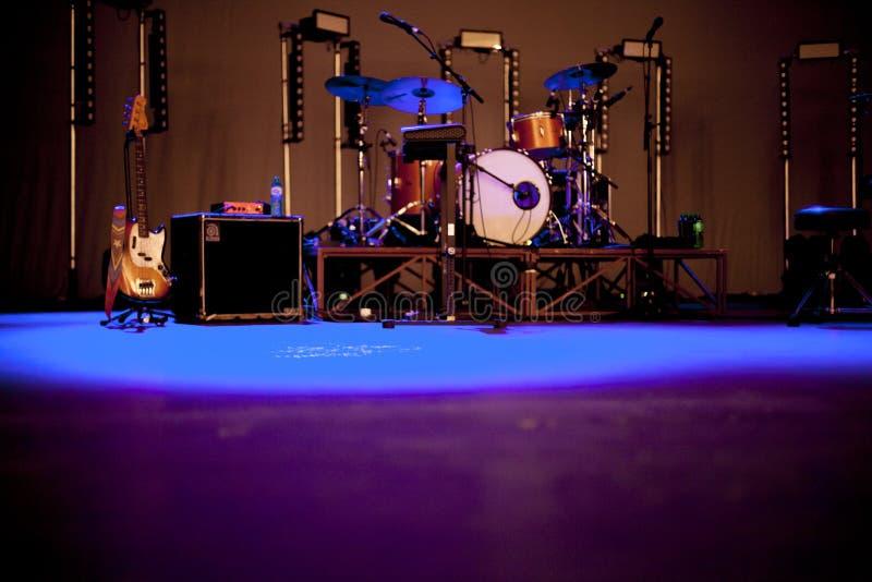 Manifestazione delle chitarre dei drumkits della fase fotografia stock