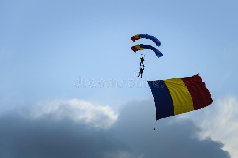 Download Manifestazione Di Acrobazie Aeree Immagine Stock - Immagine di parachutist, militare: 56881705