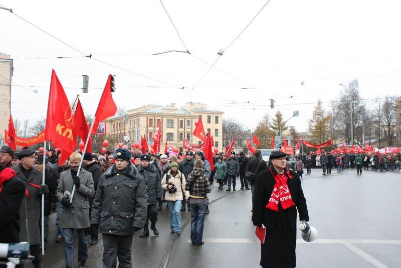 Manifestazione di massa di parte di sinistra russa il 7 novembre fotografia stock