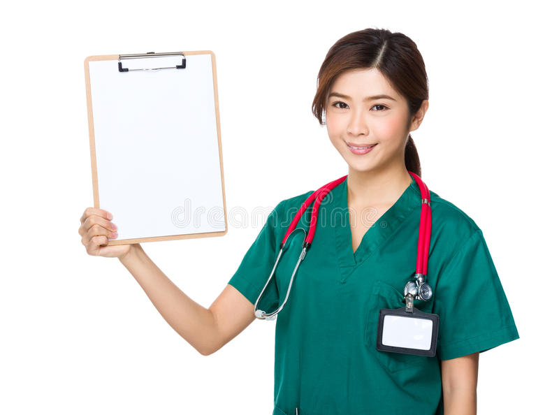 Manifestazione di medico con la lavagna per appunti fotografie stock libere da diritti