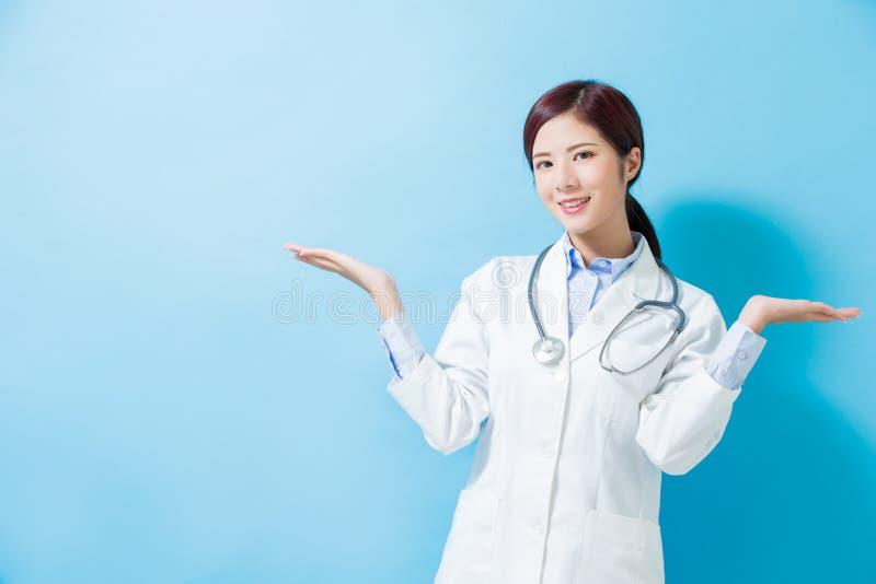 Manifestazione di medico della donna qualcosa fotografie stock