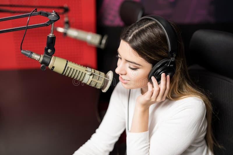 Manifestazione di radiodiffusione del presentatore radiofonico in uno studio immagini stock libere da diritti