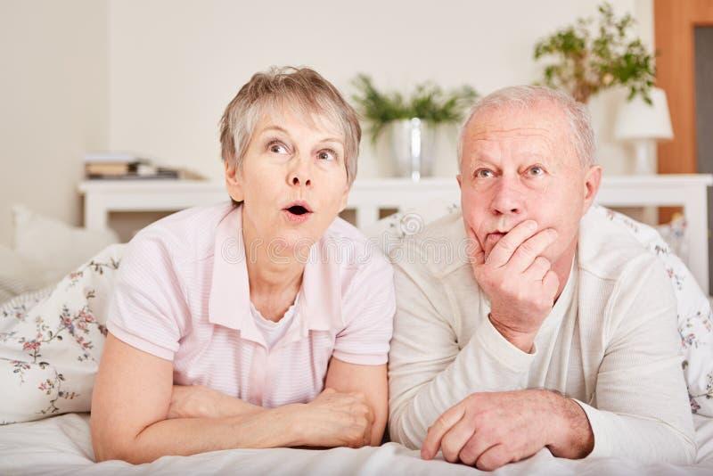Manifestazione di suspense dell'orologio TV degli anziani fotografie stock