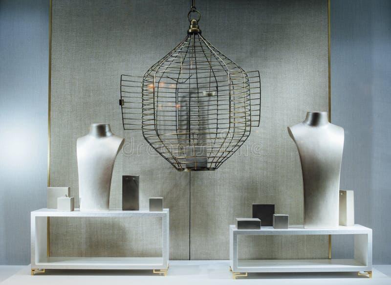 Manifestazione-finestra della gioielleria con un torso fittizio, una gabbia vuota immagini stock libere da diritti