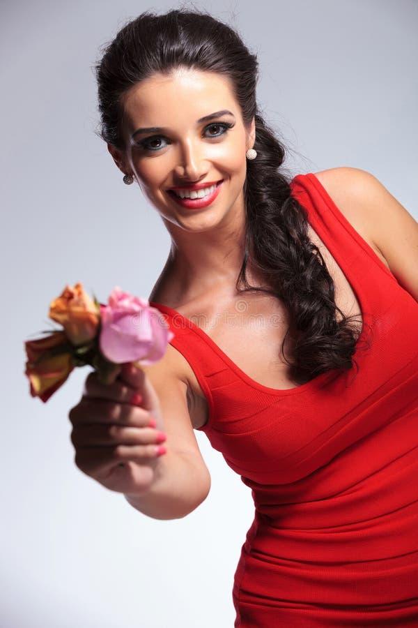 Manifestazioni della donna di bellezza voi i suoi fiori immagini stock libere da diritti