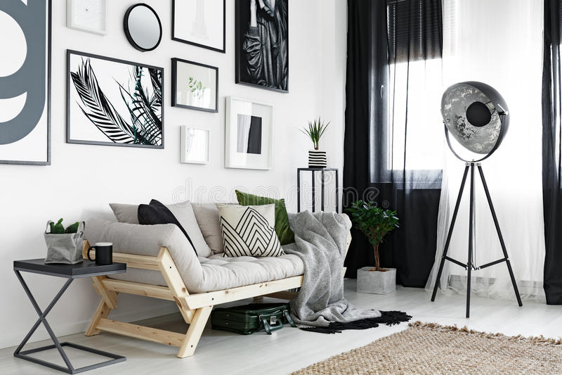 Manifesti sopra il sofà immagini stock libere da diritti