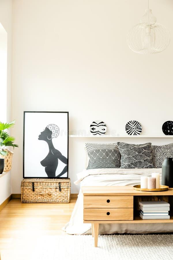 Manifesto africano in camera da letto accogliente fotografie stock