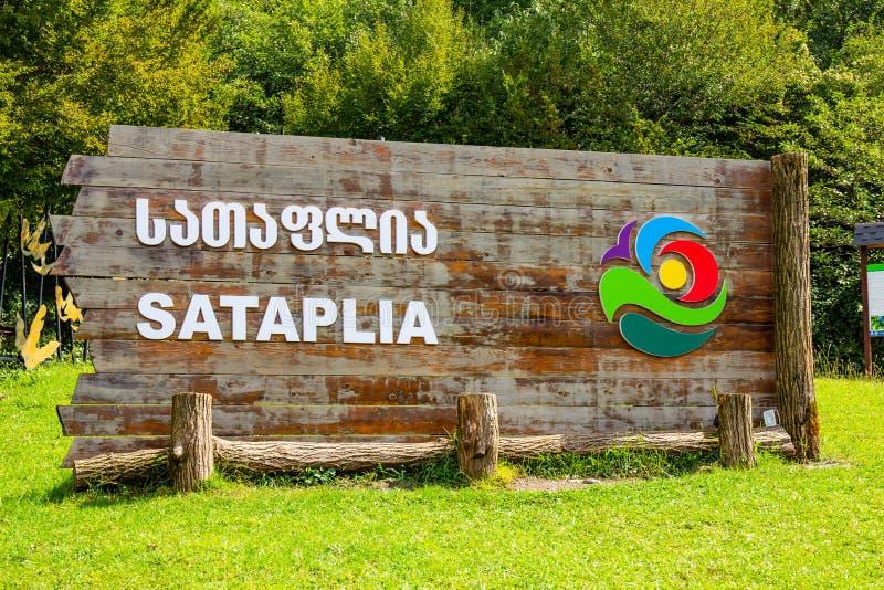 Manifesto all'entrata della riserva naturale di Sataplia dello stato vicino a Kutaisi di estate Sunny Day Racha Range, Caucaso, G immagini stock libere da diritti
