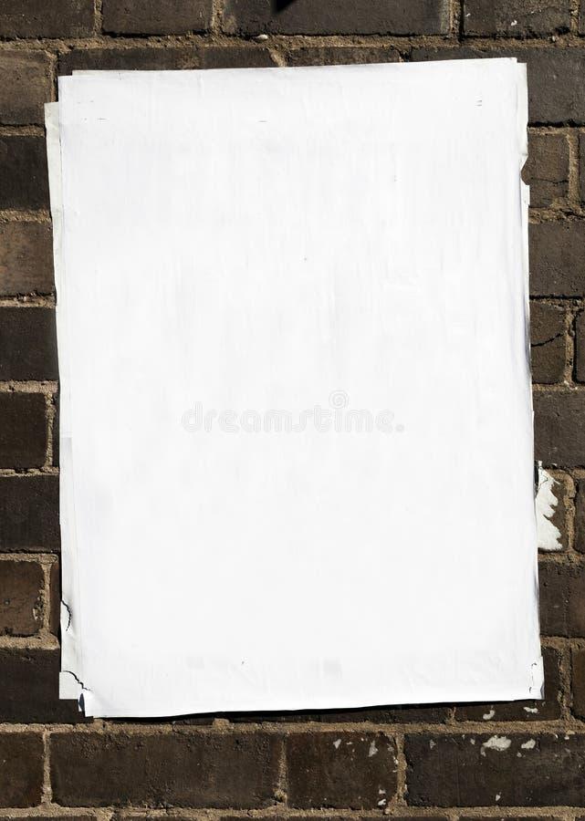Manifesto in bianco in cima di molti altri strati di carta incollati su un Br fotografie stock