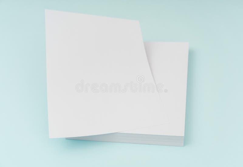 Manifesto in bianco dell'aletta di filatoio, modello dell'opuscolo, A4, Noi-lettera, su backg blu immagine stock