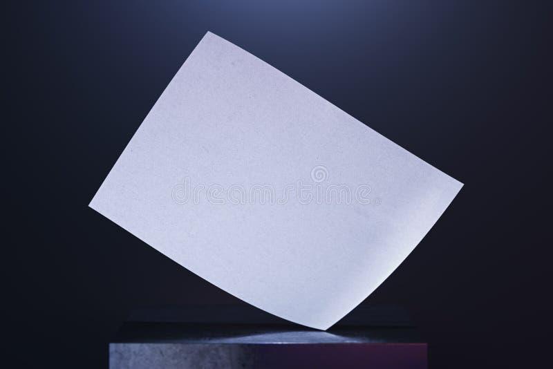 Manifesto in bianco della tela sulla vetrina su fondo illuminato rappresentazione 3d fotografia stock