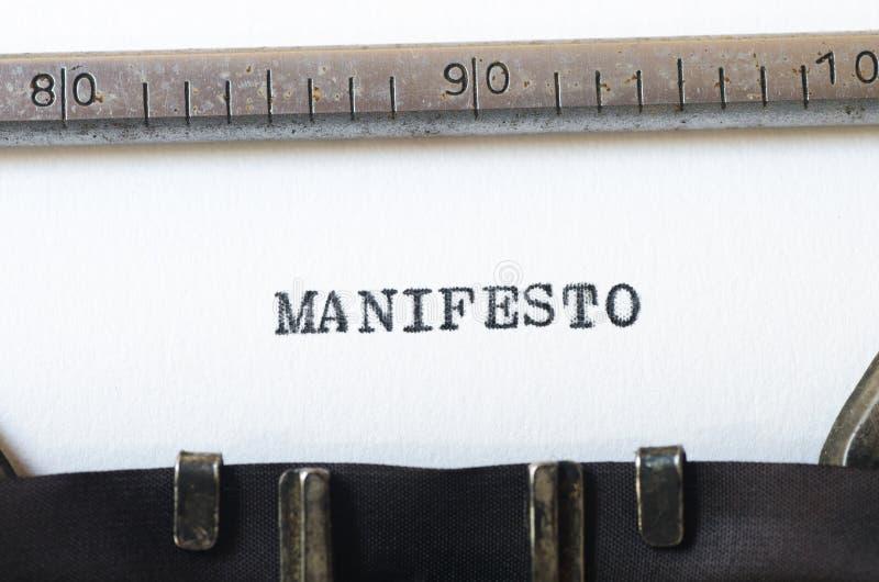 Manifesto da palavra datilografado na máquina de escrever imagem de stock