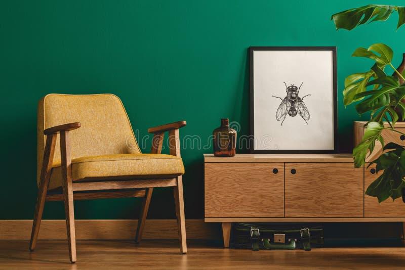 Manifesto dell'insetto e poltrona gialla fotografia stock